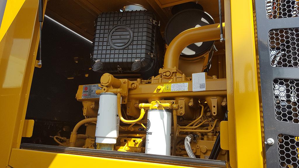 Цельный капот обеспечивает доступ к отсеку двигателя