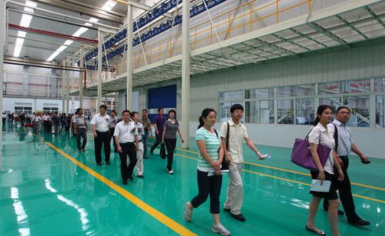 Экскурсия для гостей праздника по новому заводу фронтальных погрузчиков XCMG