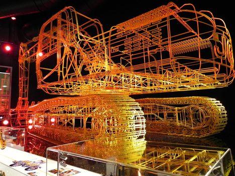 Модель экскаватора JS200, выполненная художником Бенедиктом Редклиффом