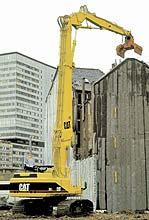 Экскаватор CATERPILLAR на разборке здания