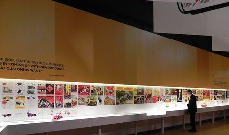 Выставка включает в себя обширную коллекцию старых брошюр и рекламных материалов